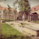 piaristická zahrada   kamenné lavice