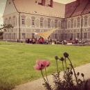 piaristická zahrada   pódium s plachtou